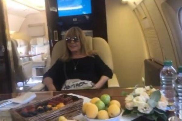 Аллу Пугачеву уговорили пересесть на частный самолет