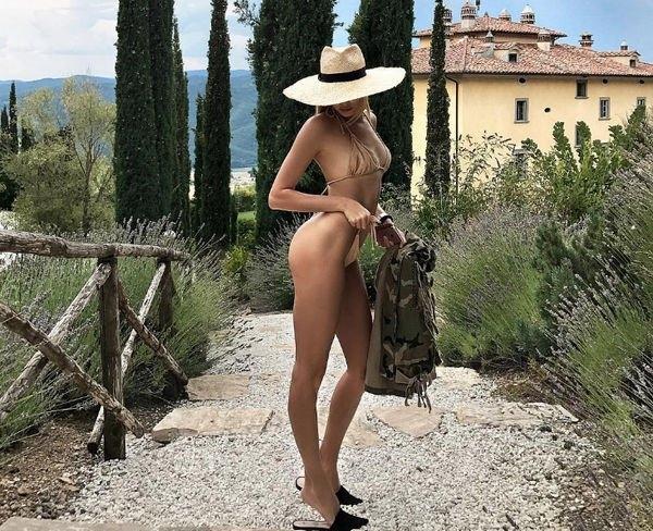 Елена Перминова опубликовала откровенные фото в бикини