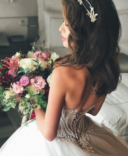 Анастасия Костенко показала фотографию в свадебном платье