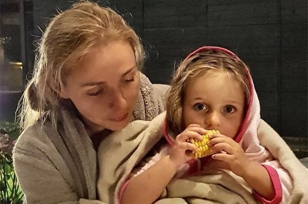 Татьяна Навка очаровала сеть селфи с дочерьми