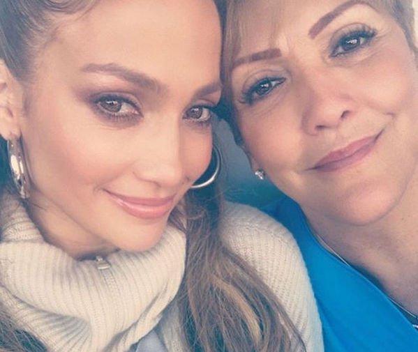 Дженнифер Лопес поделилась фотографией с мамой