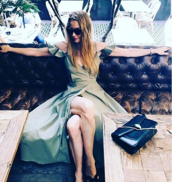Светлана Ходченкова опубликовала откровенный снимок в зеленом наряде