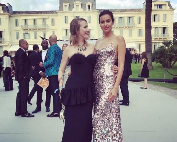Ирина Шейк выходит на прогулку, не скрывая лица дочери