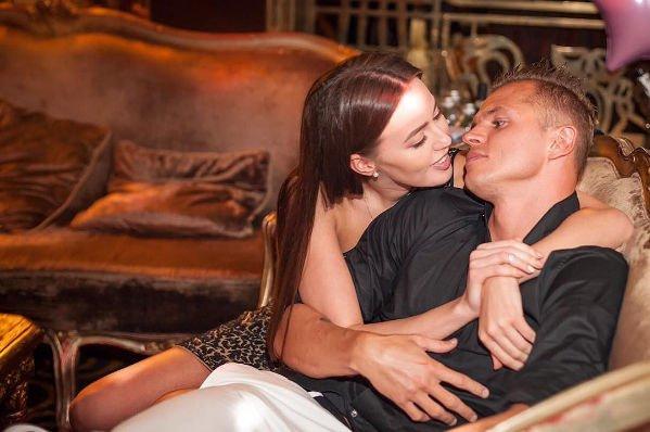 Дмитрий Тарасов и Анастасия Костенко принимают поздравления с новосельем