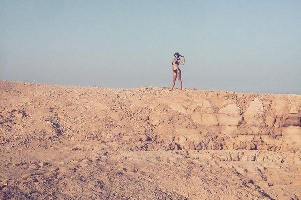 Кортни Кардашьян делится снимками в черном бикини в пустыне