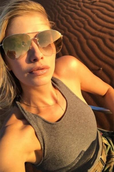 Елена Перминова выложила в сеть роскошные фото в купальнике на фоне пустыни