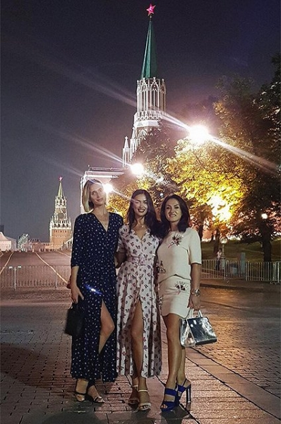 Ирина Шейк прогулялась по Москве и насладилась пирожками
