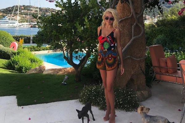 Яна Рудковская показала снимки в красном купальнике