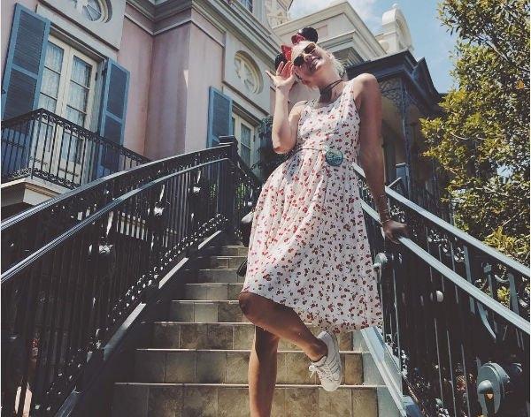 Карли Клосс поразила цветом своего наряда