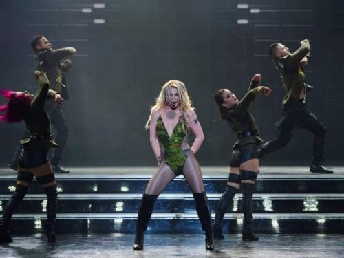 Один из фанатов забрался на сцену, не на шутку напугав Бритни Спирс