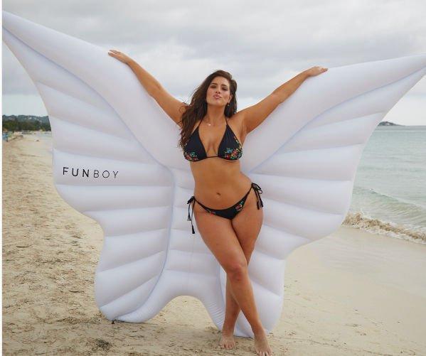 Эшли Грэм опубликовала откровенную фотографию в бикини