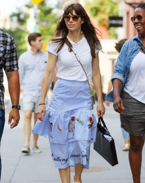 Джессика Бил вышла на прогулку в простом образе, вызвав восхищение