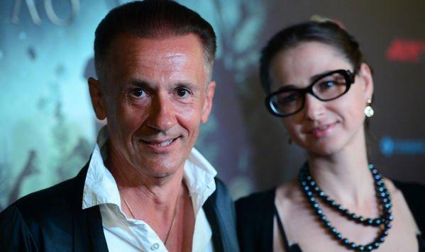 Олег Меньшиков и его молодая супруга пришли на премьеру фильма