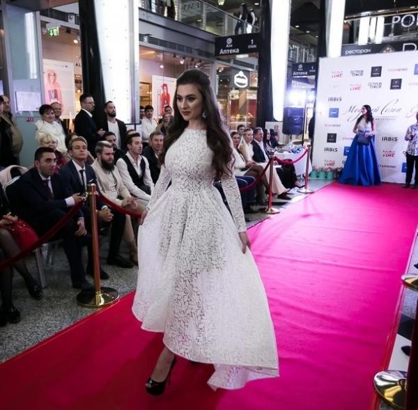 Обладательница пышной груди модель Алиса Котельникова получила корону на Конкурсе красоты
