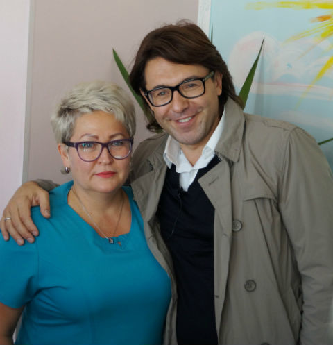 Победительница конкурса «В отпуск с Андреем Малаховым» из Мегиона получила приз из рук телеведущего