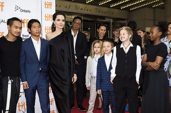 Анджелина Джоли появилась на красной дорожке в необычном платье