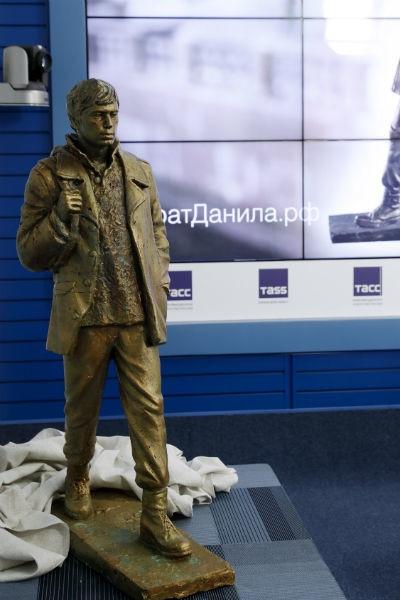 В Москве представили памятник Сергею Бодрову в образе Данилы Багрова