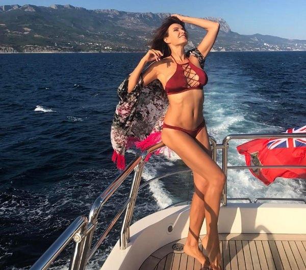 Эвелина Бледанс похвасталась стройной фигурой в бикини