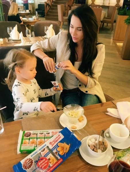 Элина Камирен опозорилась, рекламируя детские печенья