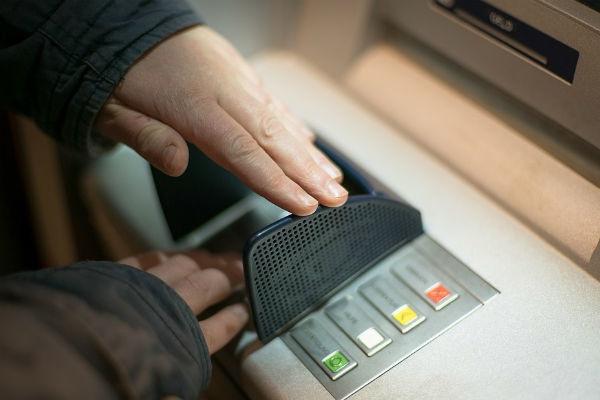 Как избежать неприятностей с банковской картой