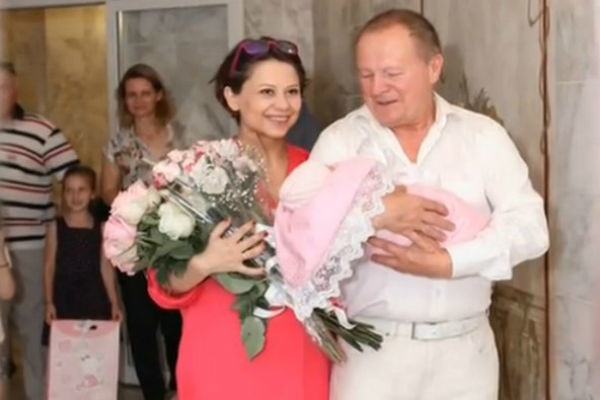Дочь 70-летнего Бориса Галкина родилась раньше срока