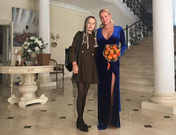 Анастасия Волочкова шокировала выбором платья для посещения школы дочери