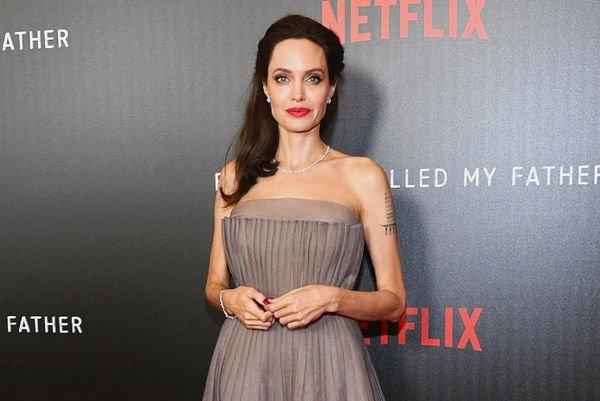 Анджелина Джоли снова пренебрегла нижним бельем
