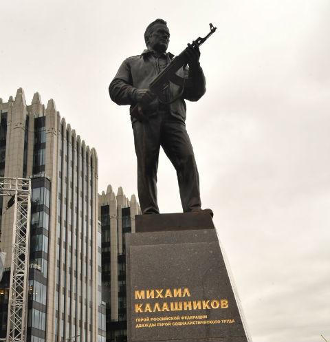 Лазарев и Макаревич возмущены установкой памятника Калашникову в центре Москвы