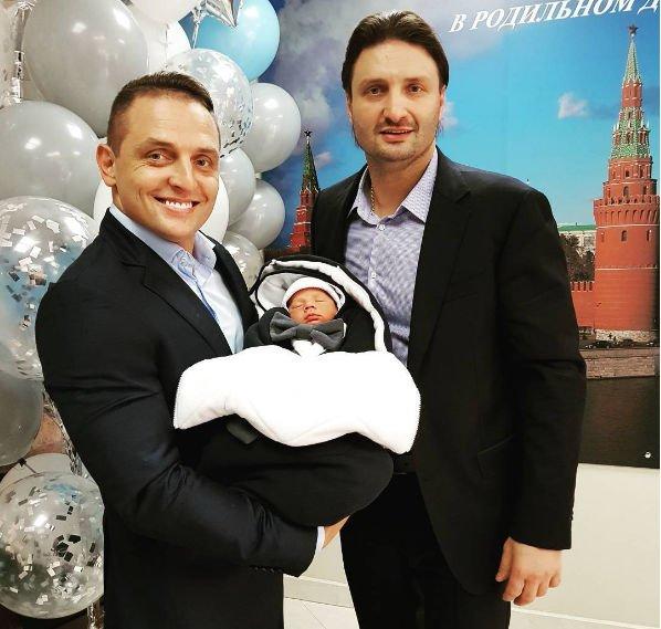 Избранница Эдгарда Запашного с новорожденным сыном выписались из роддома