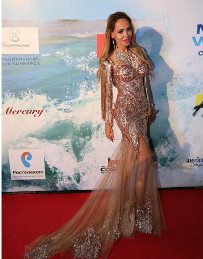 Анна Калашникова в «голом» платье произвела фурор на «Новой волне»