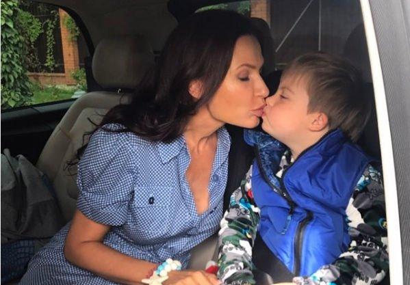 Сын Эвелины Бледанс до сих пор не знает о расставании родителей