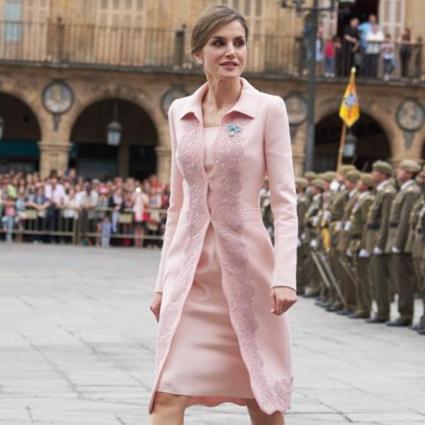 Испанская королева Летиция удивила публику стильным и дешёвым платьем