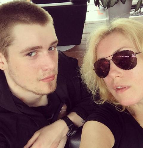 Сына Марии Шукшиной обвинили в избиении беременной подруги и хранении запрещенных веществ