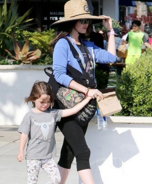 Меган Фокс не считает плохим любовь сына к платьям