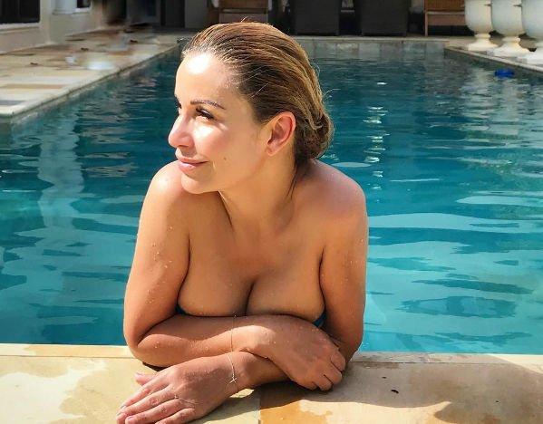Груди Ольги Орловой не умещаются в тесном купальнике
