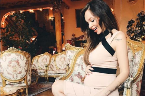 Беременная Анастасия Лисова готовится к повторной пластике груди