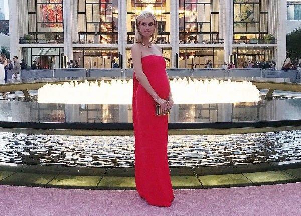 Беременная Ники Хилтон появилась в алом платье, собрав восторженные взгляды