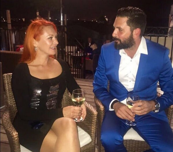 Марина Анисина проводит время с обаятельным незнакомцем
