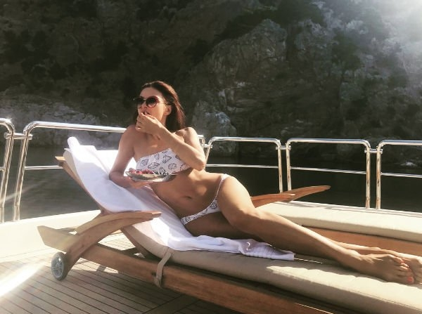 Эвелина Бледанс продолжает делиться снимками в бикини