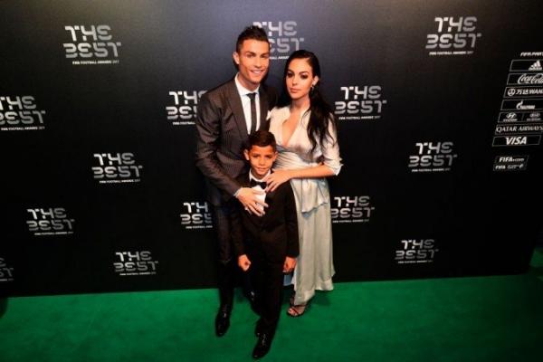 Криштиану Роналду вышел в свет с беременной возлюбленной