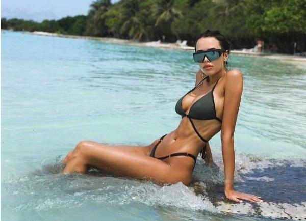 Анастасия Решетова появилась в пиджаке на голое тело
