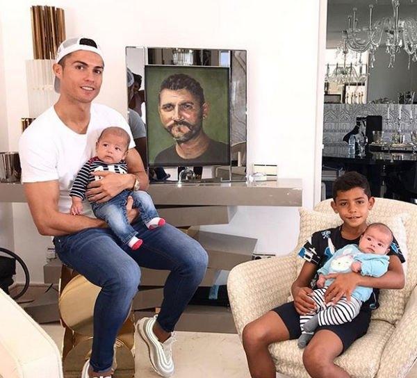 Старший сын Криштиану Роналду снялся в новой фотосессии с отцом