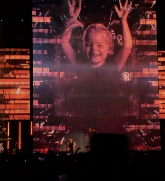 Дочка Тимати появилась на сцене на его сольном концерте