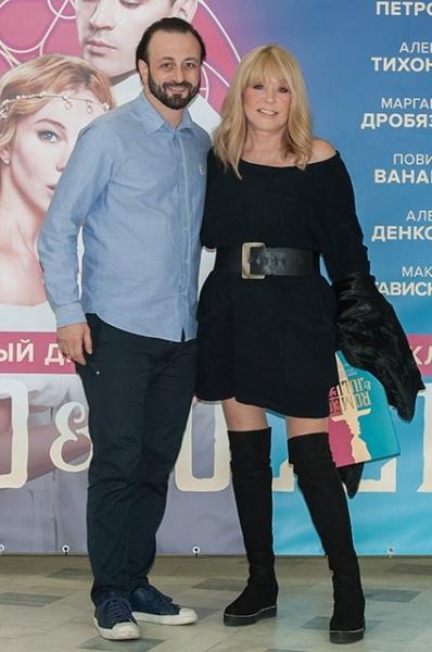 Алла Пугачева вышла в свет в мини-платье