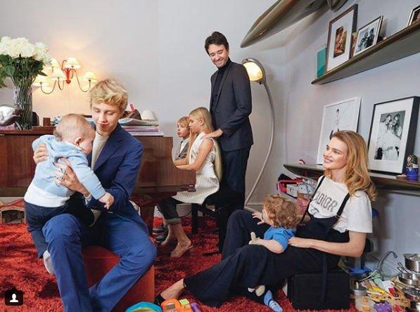 Наталья Водянова поделилась фотографией с мужем и детьми