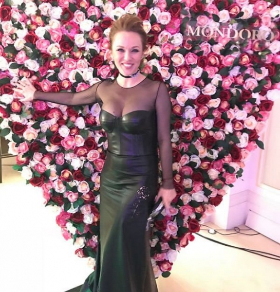 Альбина Джанабаева выбрала кожаное платье, которое смотрелось чересчур броско