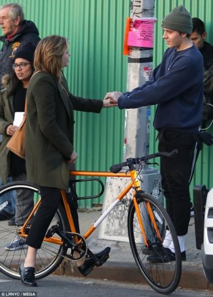 Бруклин Бекхэм навестил Хлою Морец на съемочной площадке