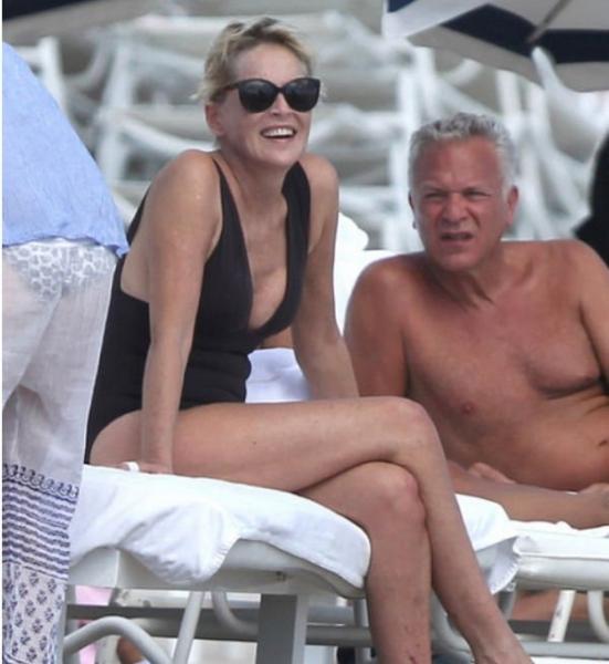 59-летняя Шэрон Стоун продолжает удивлять фигурой в купальнике