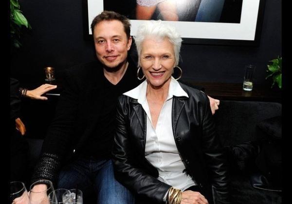 В сети появилось провокационное фото 63-летней матери Илона Маска