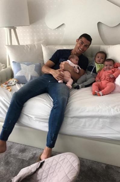 Криштиану Роналду опубликовал невероятно милое фото с младшими детьми